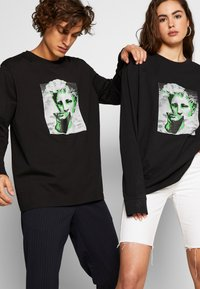 Urban Threads - FRONT & BACK GRAPHIC LONG SLEEVE UNISEX - T-shirt z nadrukiem - black - 3