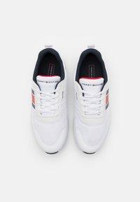 Tommy Hilfiger - LIGHTWEIGHT RUNNER FLAG MIX - Sneakersy niskie - white - 3