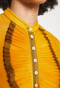 Tory Burch - RUFFLE FRONT BLOUSE - Long sleeved top - saffron gold - 8