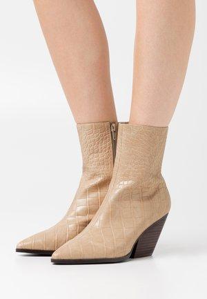 WESTERN HEEL POINTY BOOTS - Cowboy/biker ankle boot - beige