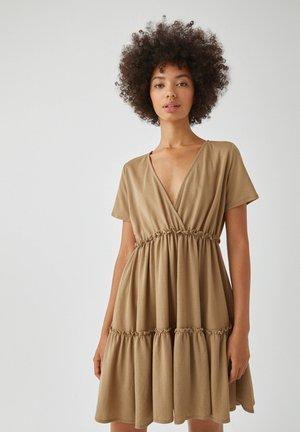 WICKELOPTIK MIT RAFFUNGEN - Sukienka letnia - sand