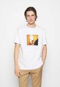 Paul Smith - DOORBELL PRINT UNISEX - T-shirt z nadrukiem - white - 0