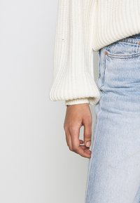 NA-KD - MATIAMU BY SOFIA  - Stickad tröja - white - 3