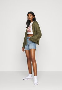 Missguided Petite - AMOUR GRAPHIC FITTED CROP  - Triko spotiskem - pink - 1