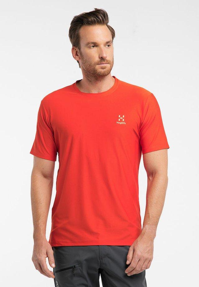 L.I.M TECH TEE - Print T-shirt - orange