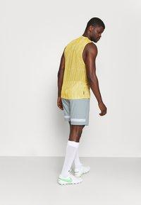 Nike Performance - DRY ACADEMY SHORT - Pantalón corto de deporte - light pumice/white/light dew - 2