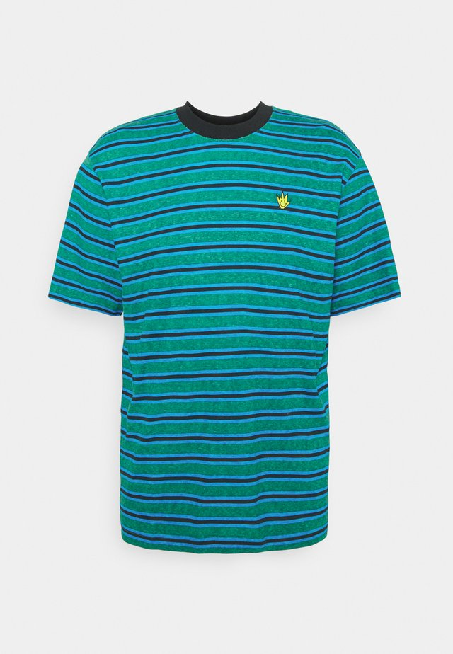TYLER STRIPE RETRO FIT TEE UNISEX - T-shirts print - green/blue