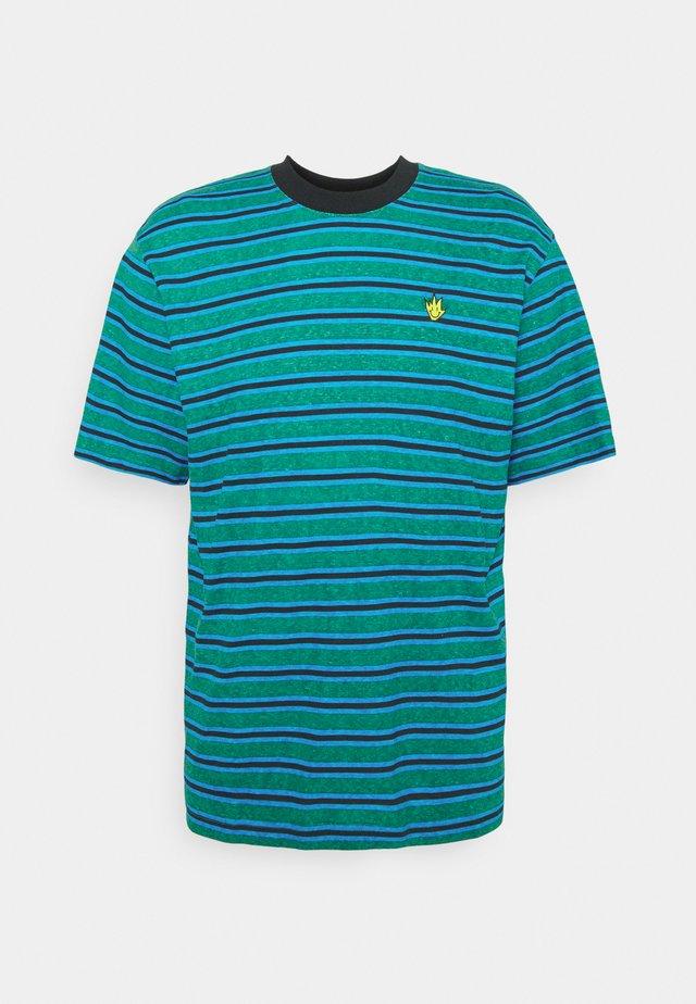 TYLER STRIPE RETRO FIT TEE UNISEX - T-shirt print - green/blue
