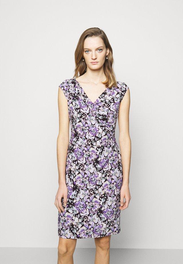MATTE DRESS - Pouzdrové šaty - raisin/purple