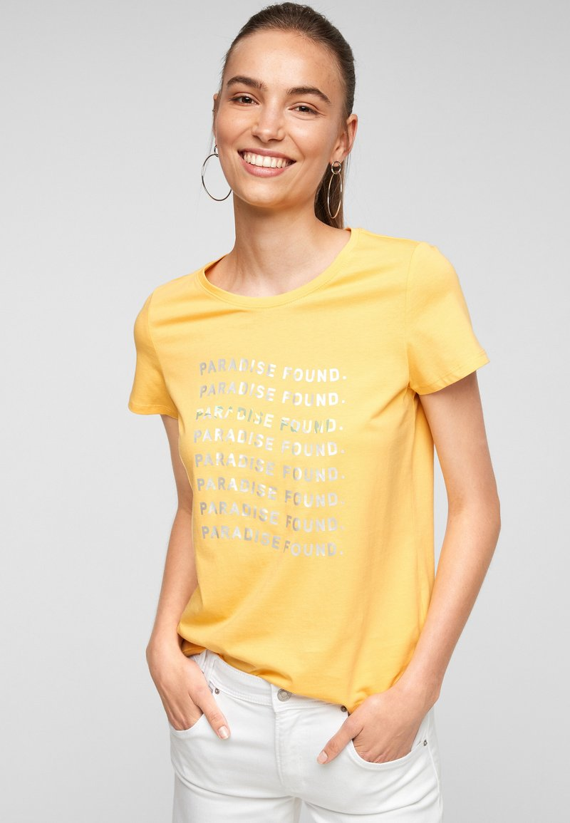 s.Oliver - MIT SOMMERLICHEM DRUCK - Print T-shirt - sunset yellow statement print