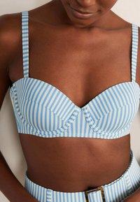 Boden - KYTHIRA  - Bikini top - blassblau gestreift - 2