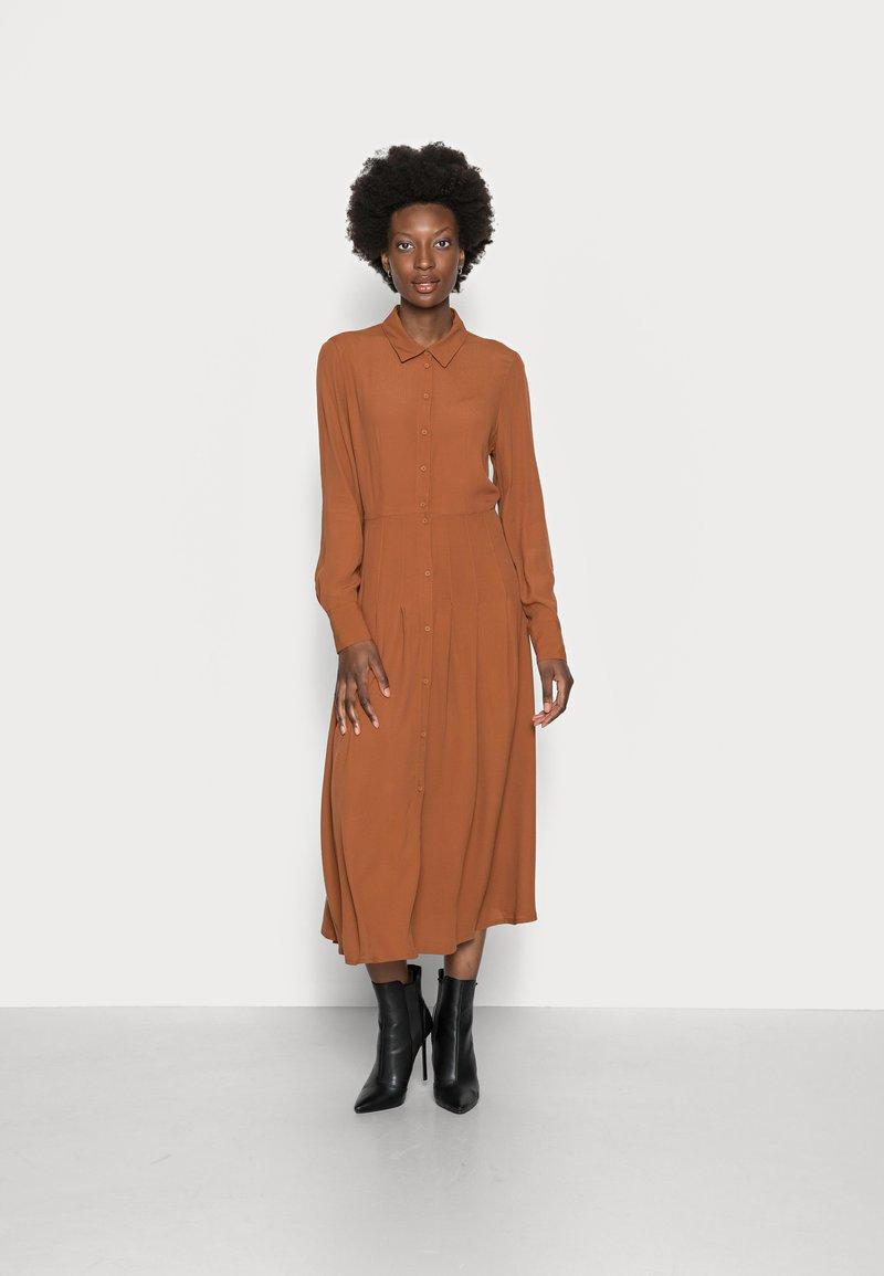 TOM TAILOR DENIM - MIDI DRESS - Maxi dress - amber brown