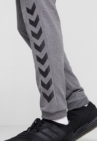 Hummel - RAY - Tracksuit bottoms - dark grey melange - 5