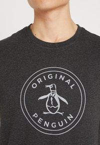 Original Penguin - EMBROIDRED LOGO TEE - Triko spotiskem - dark charcoal - 5