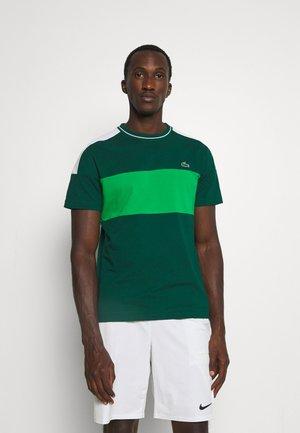 TOUR - T-shirt imprimé - vert/blanc