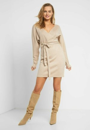 MIT BINDEGÜRTEL - Shift dress - autumn beige