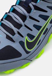 Nike Performance - REAX 8  - Gym- & träningskor - ashen slate/blackened blue/white/electric green/bright mango - 5