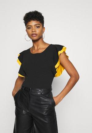 HANA CONTRAST SLEEVE  - Print T-shirt - black/mustard