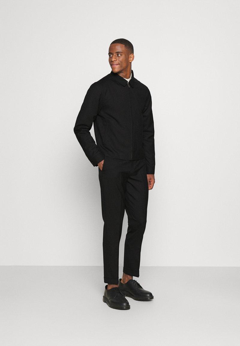 Isaac Dewhirst - HARRINGTON JACKET AND DRAWCORD TROUSERS SET - Pantalon classique - black
