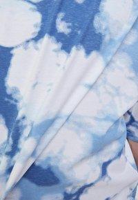 Bershka - OVERSIZED UNISEX - Print T-shirt - white - 9