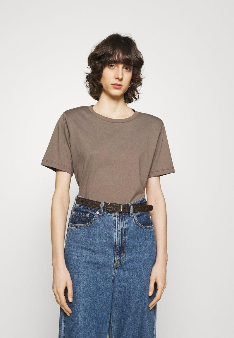 Calvin Klein - MUST ROUND BELT MONO - Cinturón - brown