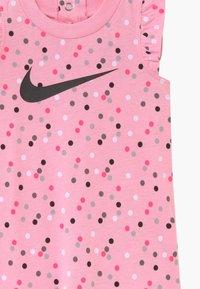 Nike Sportswear - GIRLS FLUTTER SLEEVE ROMPER BABY - Haalari - pink - 3