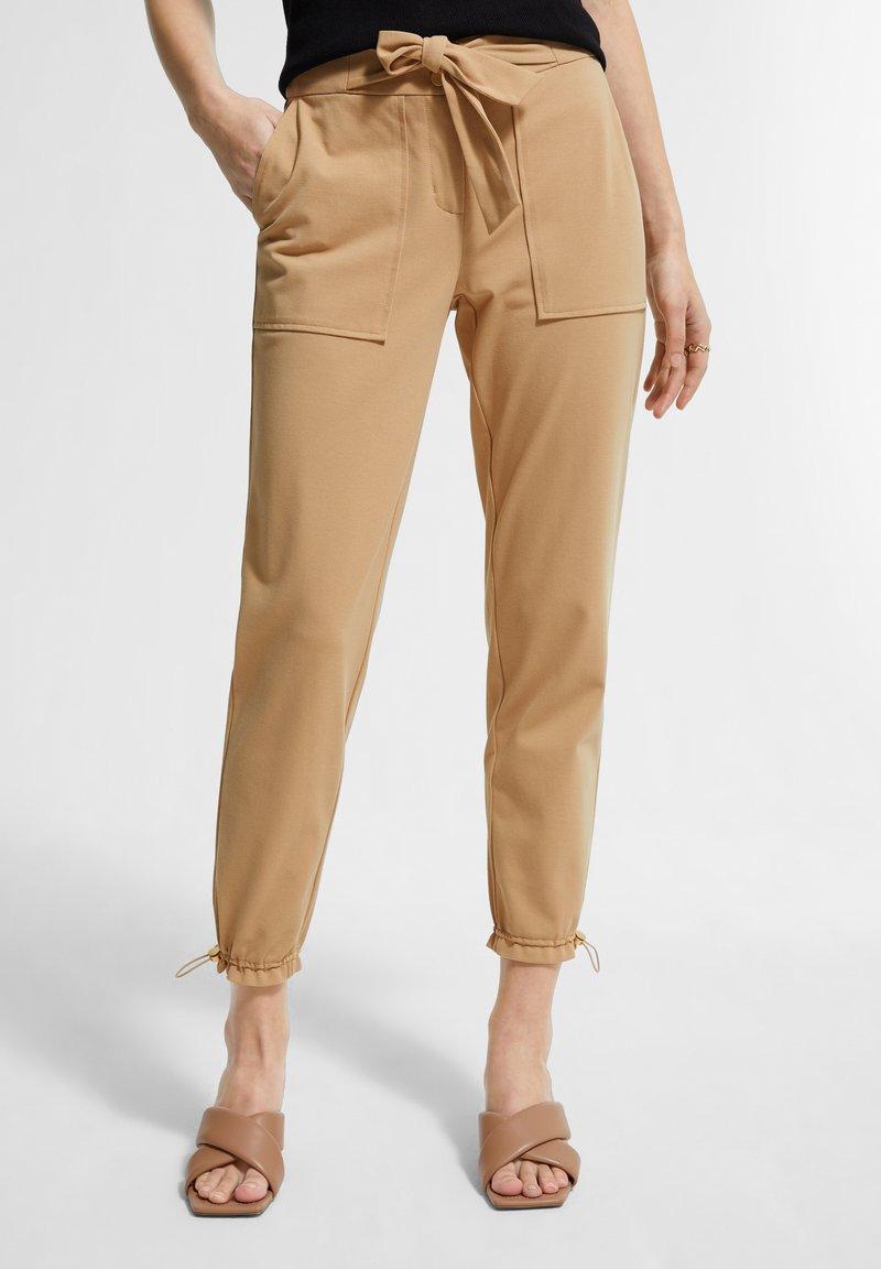 comma - MIT TUNNELZUG - Trousers - sahara