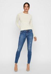 Vero Moda - VMLYDIA LOW WAIST - Jeans Skinny Fit - dark blue denim - 1