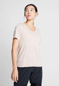 Nike Performance - W NK CITY SLEEK TOP SS - T-shirts med print - fossil stone - 0