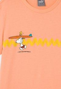 Puma - PUMA X PEANUTS GRAPHIC - Print T-shirt - apricot blush - 2