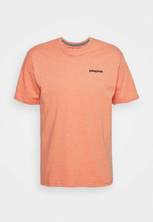 LOGO RESPONSIBILI TEE - Print T-shirt - coho coral