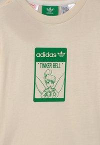 adidas Originals - DISNEY TINKER BELL - Triko spotiskem - off-white - 2