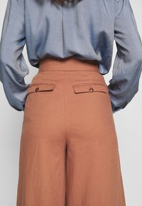 IVY & OAK - SUPER FLARED PANTS MAXI - Spodnie materiałowe - rose tan - 7