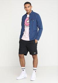 Cayler & Sons - LOS MUNCHOS TEE - Print T-shirt - light pink - 1