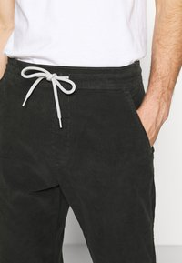 Levi's® - TAPER PULL ON II - Chinos - pirate black - 4