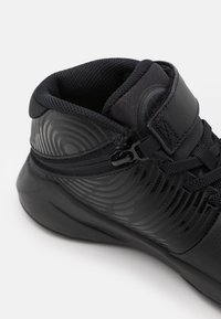 Nike Performance - TEAM HUSTLE D 9 FLYEASE UNISEX - Zapatillas de baloncesto - black/dark smoke grey/volt - 5