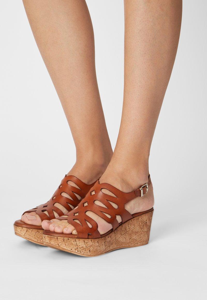 Mis Pepas - Sandály na platformě - sand