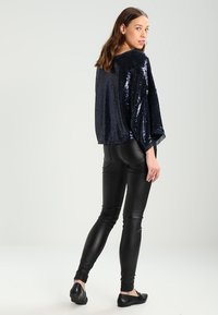 Pieces - PCFIVE COATED - Jeggings - black - 2