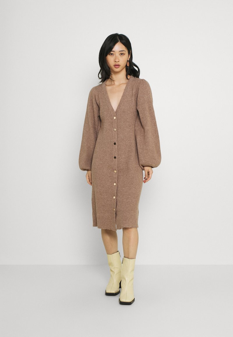 Fashion Union Petite - FAVOUR LONGLINE CARDI BUTTONS - Cardigan - camel