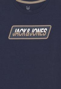 Jack & Jones Junior - JORSWIRLE BIG TEE CREW NECK JR - Camiseta estampada - navy blazer - 2