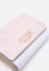 Guess - MIKA SMALL TRIFOLD - Lommebok - blush - 3