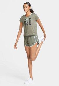 Nike Performance - ICON CLASH - Print T-shirt - olive - 1
