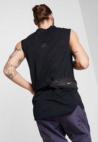 Nike Performance - CAPACITY WAISTPACK 2.0 SMALL - Bum bag - black/black/silver - 1
