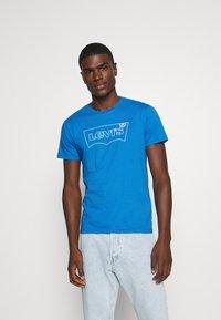 Levi's® - HOUSEMARK GRAPHIC TEE - Print T-shirt - outline bayside - 0