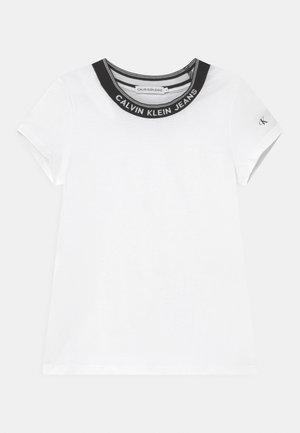 INTARSIA NECK LOGO  - T-shirt con stampa - bright white