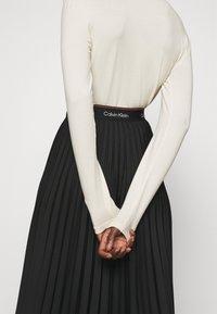 Calvin Klein - LOGO WAISTBAND PLEAT SKIRT - Jupe plissée - black - 3