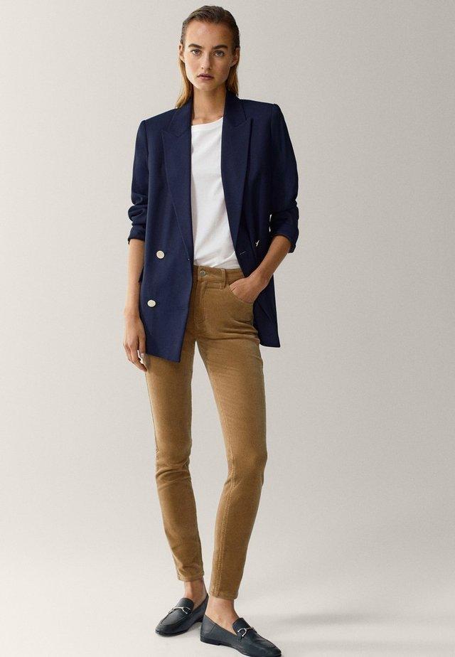 AUS MICROCORD MIT HALBHOHEM BUND - Jeans Skinny Fit - brown