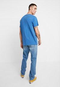 Wrangler - GREENSBORO - Jeans straight leg - mid summer blue - 2