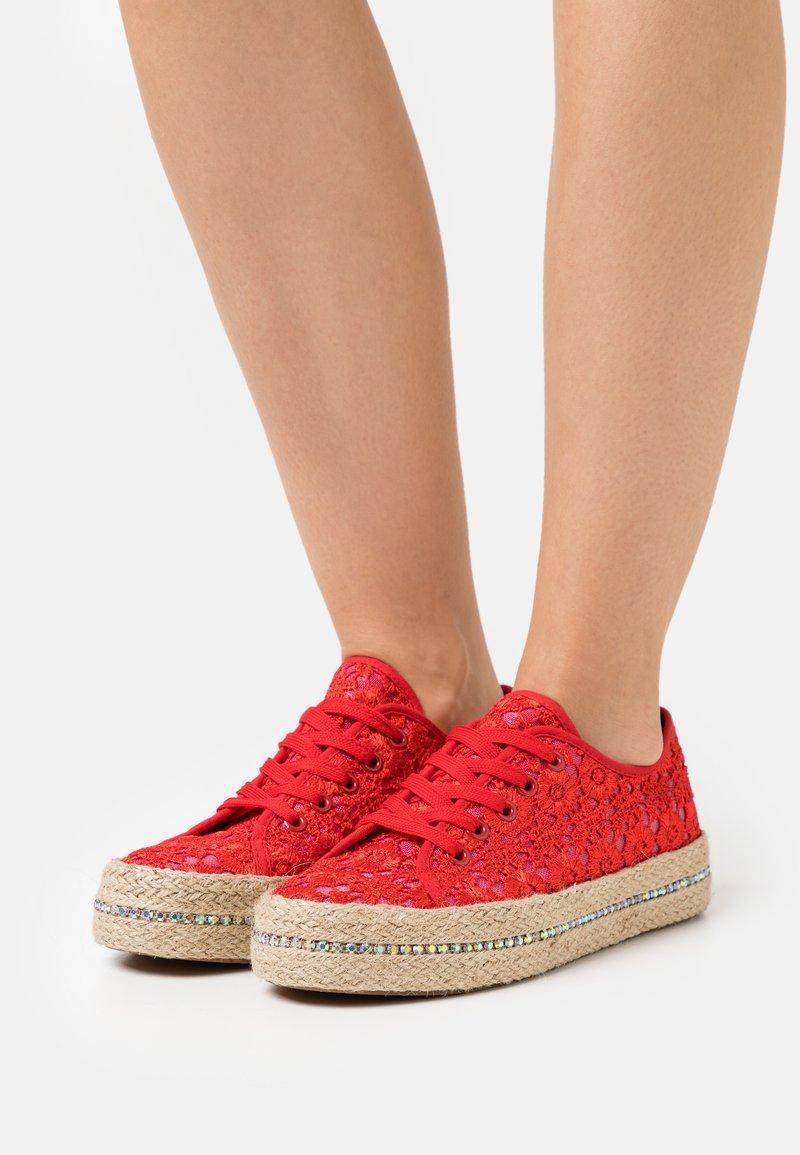 Laura Biagiotti - Sznurowane obuwie sportowe - red