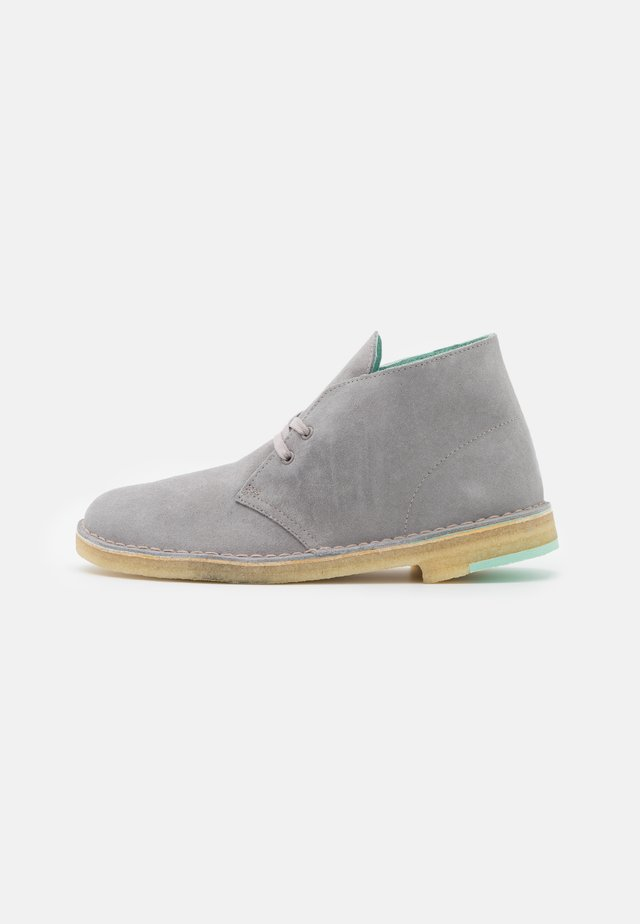 DESERT BOOT - Casual lace-ups - grey combi